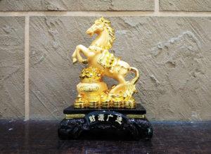 ม้ามงคลบนกระถางทองคำ